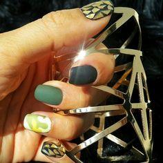 Ногти камуфляж хаки золотой черный