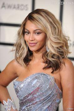 """Le top """"cheveux bouclés"""" :  sur un carré long, la chanteuse s'essaye aux boucles plus légères, façon wavy, un sans-faute."""