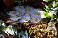 detalhe de docinhos em bandeja de cobre na mesa do bolo desse mini wedding rústico em restaurante.