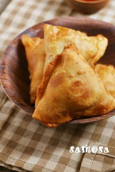 Samosa recipe with step by step photos. Punjabi samosa is a crispy and flaky tea time snack with delicious potato filling. Served with coffee or tea or cold drink, samosa is the most loved Indian s… Samosas, Vegetable Samosa, Empanadas, Indian Snacks, Indian Food Recipes, Asian Recipes, Indian Appetizers, Indian Foods, Indian Dishes