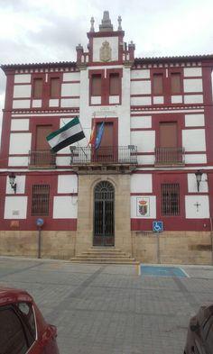Junto a la iglesia se encuentra el Ayuntamiento de Torrejoncillo.