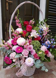 Un coș mare cu flori vă rog :) Cos, Floral Arrangements, Floral Wreath, Wreaths, Wallpaper, Projects, Home Decor, Baskets, Flower Arrangements