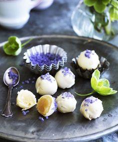 Chokoladetrøfler med forskellig smag og pynt er et festligt indslag på konfektbordet. Prøv vores delikate hvide trøfler med smagen af lemoncurd og kandiserede violer!