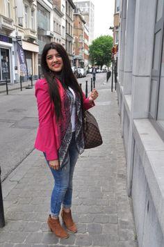 """D'origine marocaine, Amel habite à Marolles. Cette jeune fille souriante est étudiante en """"travaux de bureau"""", la façon belge de dire secrétariat. @HeleneLompech"""