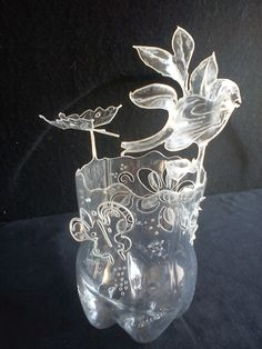 Sustainable Ideas for Making Vases - 25 Examples Plastic Bottle Flowers, Plastic Bottle Crafts, Bottle Cap Crafts, Plastic Art, Recycle Plastic Bottles, Recycled Bottles, Recycled Crafts, Pvc Pipe Crafts, Plastic Design