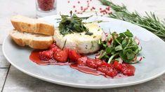 Der cremige Weichkäse zeigt, in würzige Kräuter gehüllt und auf dem Grill zum Schmelzen gebracht, was er drauf hat. Fruchtig-pikantes Erdbeer-Relish ist die ideale Begleitung.