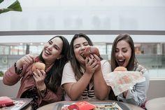TrioVisita, formado por Kauany Santos (Matéria Feminina), Bruna Scremin (Um Palpite) e Milene da Mata (A terapia de Alice). Elas são criadoras de conteúdo, e se uniram pra esse projeto. Photoshoot por Matheus Triaquim (@1742mm), em Curitiba. Foto estilo tumblr com três amigas, hamburguer, MCdonalds, friends, happy