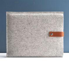 iPad Sleeve Grey Wool Felt with Brown Leather por byrdandbelle