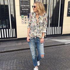 Osez la chemise tropicale : parfaite avec un jean bleu déchiré et des baskets blanches >> http://www.taaora.fr/blog/post/chemise-imprimee-fleurs-style-tropical-bucolique-jean-dechirures-genoux-baskets-blanches #look #streetstyle #outfit #ootd