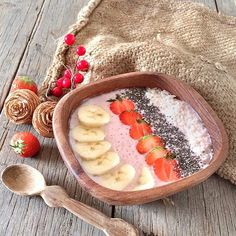 1 cup of strawberries, 2 frozen bananas, 1 cup of coconut milk, and 1 tbs of vanilla. Blend until smooth and top with coconut, chia seeds, strawberries and banana.