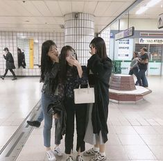 ─ taegukki Ulzzang Couple, Ulzzang Girl, Three Friends, Photos Tumblr, Korean Friends, Best Friend Goals, Fashion Group, Girl Fashion, Korean Girl