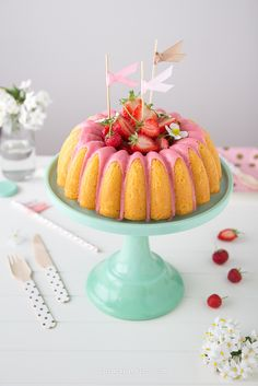 Can't decide which I love more, the bundt cake or the cake stand! Strawberry Cakes, Strawberry Recipes, Strawberry Frosting, Super Torte, Cake Recipes, Dessert Recipes, Torte Cake, Sugar Cake, Think Food