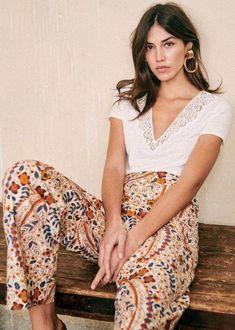 Bohemian fashion flower print pants Style Parisienne, Moda Boho, Mode Inspiration, Parisian Style, Pretty Outfits, Spring Summer Fashion, Summer Outfits, Dinner Outfits, Club Outfits