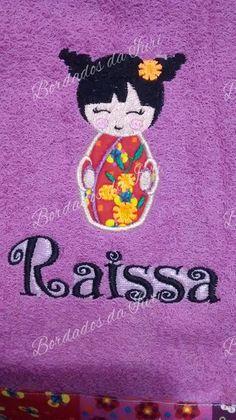 Toalha de banho Raissa.  Bordado em apliqué com a mesma padronagem do barrado feito na toalha, com tecido em estilo patchwork alegre de flores, ideal para meninas. Presente perfeito !!!
