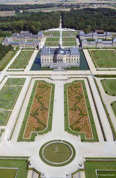 Vue aérienne du Château Veaux le Vicomte par Arnaud Chicurel en 2014. Survol en drône de la propriété du Nicolas Fouquet, le surintendant de LouisXIV dont on fête cette année le 400e anniversaire. Le plus grand château privé classé de France avec ses 33hectares de jardins dessinés par Le Nôtre.