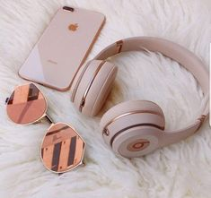 Everday essentials Rose gold beats by dre// high performance headphones Match your headphones to your iphone Hipster Vintage, Style Hipster, Trendy Style, 90s Style, Street Style Vintage, Rose Gold Aesthetic, Cute Headphones, Iphone Headphones, Beats Headphones