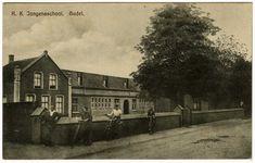 R.K. Jongensschool St. Aloysius: gebouwd 1883 met de woning van meester Zeegers. In jan 1941 verwoestte een brand de helft van het gebouw aan de rechterkant. Oorzaak ontdooien van bevroren verwarmingsbuizen. De leerlingen werden verspreid over verschillende lokaties in het dorp, o.a. het KJV-huis, St. Annschool, het parochiehuis en de bovenverdieping van het tegenoverliggende huis van Cies Hegge, 1883