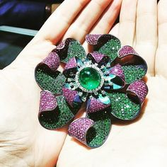 jewellerymaestroFrom @jckevents - Holding the number 5 pick in the #LUXURYPriveTop10 countdown || this @andreolifinejewelry Brooch is made up of Tsavorites along the inside, Pink Diamonds, and a Colombian Cabochon emerald in the middle. The titanium metal makes this extremely lightweight. #LUXURYPrive #oneofakind #regrann #jmaestro #jck