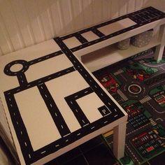 Ikea lackhack, ett ikeahack av lackbord och tvbänk som blev till en bilbana. Vit & svart vinyldekor och en sax, voilà!