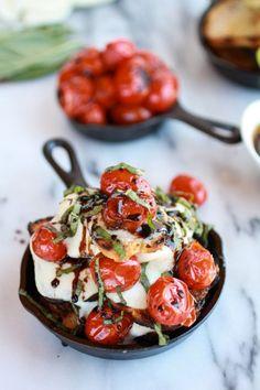 Салат с печеными томатами, капрезе, тостом, начос и бальзамическим соусом.