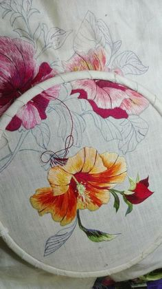Ribbon Embroidery Tutorial, Embroidery Works, Flower Embroidery Designs, Crewel Embroidery, Machine Embroidery Designs, Embroidery Patterns, Thread Art, Thread Painting, Embroidered Quilts