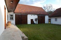 Skvadra: usedlost v Jižních Čechách Cottage House Designs, Cottage Homes, My Dream Home, Architecture Design, Garage Doors, Barn, Home And Garden, Exterior, Patio