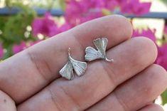 orecchini a bottoncino con foglie di ginko biloba piccole - piccoli orecchini a lobo in argento - calcagnini gioielli design
