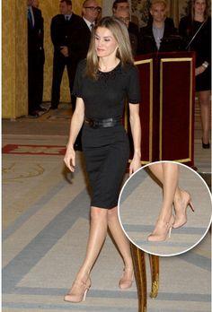Vestido negro con zapatos color carne