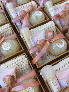 Home made packaging ideas for creating the perfect gift packages. These small touches are sure to make your products stand out! Cadeau Baby Shower, Deco Baby Shower, Soap Packaging, Packaging Ideas, Spa Gifts, Spa Party, Home Made Soap, Handmade Soaps, Homemade Gifts