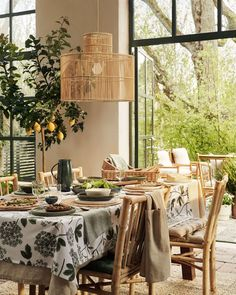 """38.8 k gilla-markeringar, 120 kommentarer - H&M HOME (@hmhome) på Instagram: """"That time of the year when the line between outside and inside is gone 🌿💚#HMHOME #dinnersetting"""" Find Furniture, Home Decor Furniture, Living Room Trends, Living Spaces, Living Rooms, House Rooms, Grand Vase En Verre, Small Glass Vases, Hm Home"""