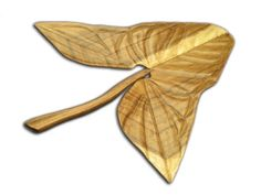 Hoja de Singonio esculpida en madera de guanacaste o machiche.