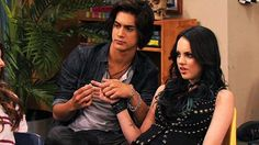 Beck and Jade (Victorious) (c) Schneider's Bakery, Nickelodeon, Paramount Television & Paramount Pictures Jade West Victorious, Victorious Cast, Jade Y Beck, Beck Oliver, Liz Gilles, Movies And Series, Tv Series, Avan Jogia, Old Disney