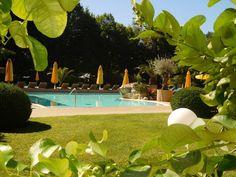 Die Sonnenstrahlen im Garten am Pool genießen #Sommer #HotelimPark