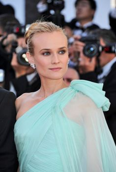 Elegant Diane Kruger wearing Giambattista Valli Couture gown featured a beautiful one-shoulder silhouette at the 2012 Cannes Film Festival. #dianekruger
