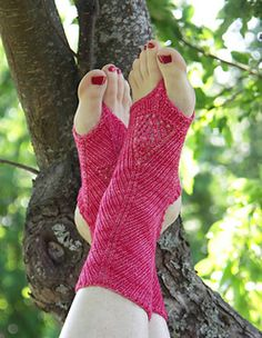 For warm summer nights when in sandals or flip-flops these socks are a bliss! The toe and heel are open to keep that summer feel, but they will still protect from that slight chill in the evening. Loom Knitting, Knitting Socks, Knitting Patterns, Knit Socks, Crochet Socks Pattern, Knit Crochet, Crochet Hats, Flip Flop Socks, Flip Flops