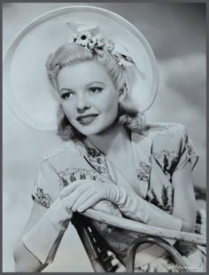Marjorie REYNOLDS '40 (12 Août 1917 - 1er Février 1997) was an American film actress. She appeared in more than 50 films.Her first speaking role was in Murder in Greenwich Village (1937).[She also appeared in bit parts in many A-pictures including Gone with the Wind (1939). She also co-starred with John Trent in several Tailspin Tommy movies like Mystery Plane and Danger Flight.On February 1, 1997, having suffered from congestive heart disease, she collapsed and died in Manhattan Beach.