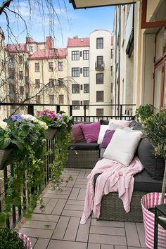 Small balconies with style - 45 ideas - Diy Balcony Decoration Balcony Design, Patio Design, Garden Retaining Wall, Modern Balcony, Vertical Garden Design, Balcony Flowers, Outdoor Furniture Plans, Cool Deck, Ideas Geniales