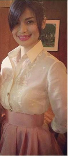 Anne Curtis wearing a barong in a fresh way. Love the styling! Modern Filipiniana Gown, Filipiniana Wedding Theme, Stunning Dresses, Beautiful Gowns, Barong Tagalog For Women, Philippines Dress, Semi Formal Outfits, Formal Wear, Filipino Fashion