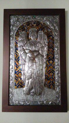 San Rafael Arcangel en repujado con pintura de vitral