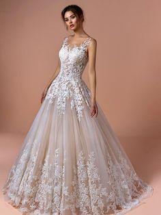 Traumhaftes Brautkleid mit Spitzenapplikationen auf Oberteil und Rock und Tattoo-Spitze. Couture, Rock, Ball Gowns, Formal Dresses, Wedding Dress, Fashion, Tops, Bridle Dress, Gowns