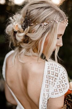 boho-wedding-hairstyles-messy-blonde-updo-with-loose-curls-and-flowers-kathiundchris Need a perfect bohemian wedding hairstyle? Here you can find lots of boho wedding hairstyles, from elegant updos to most creative ideas. Wedding Hairstyles For Long Hair, Wedding Hair And Makeup, Bride Hairstyles, Boho Wedding Hair Updo, Fall Hairstyles, Hairstyles Pictures, Bohemian Wedding Hairstyles, Wedding Hair Blonde, Boho Hairstyles Medium