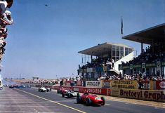 The field roars off led by the Ferrari 246/F1 of Tony Brooks 1959 French GP