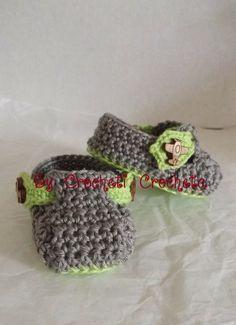 Chaussons p'tit gars vert anis et gris métallisé en coton, bouton en bois en forme d'avion, by Crocheti Crocheta