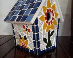 New bird houses mosaic projects Ideas Large Bird Houses, Bird Houses Painted, Mosaic Tray, Mosaic Glass, Mosaic Crafts, Mosaic Projects, Hanging Bird Cage, Diy Bird Bath, Mosaic Birds