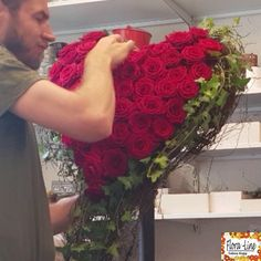 Rosenherz selber stecken - Kirchendeko Idee DIY instructions on how to stick a rose heart yourself. Arrangements Funéraires, Red Flower Arrangements, Funeral Floral Arrangements, Casket Flowers, Funeral Flowers, Diy Flowers, Flower Decorations, Funeral Sprays, Flower Box Gift