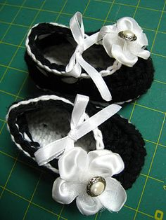 Peucos negros con lazo. Cute baby shoe