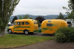 Short School Bus Camper with Matching Airstream Trailer 💟 Old Campers, Vintage Campers Trailers, Retro Campers, Camper Trailers, Tiny Trailers, Vintage Caravans, Happy Campers, T1 Bus, Vw T1