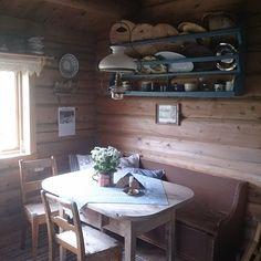 Instagram Mountain Cottage, Chalet Style, Cottage Design, Dining Table, Instagram Posts, Furniture, Vintage, Home Decor, Cabin Design