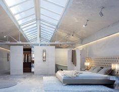 chambre adulte blanche avec un tapis rectangulaire et grand lit