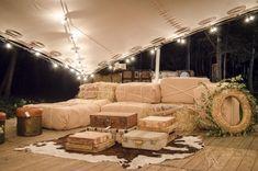Chill Out rústico con pacas o balas de paja y maletas. Rustic boho-chic night wedding.